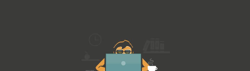 Un homme derrière son ordinateur avec un café