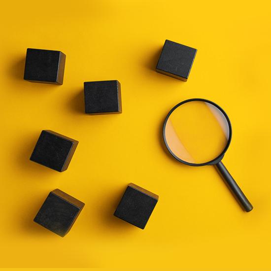 Loupe sur fond jaune avec des carrés noirs autour